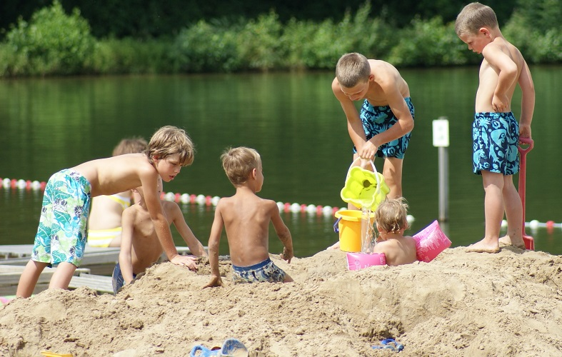 Spelen in het zand op kindvriendelijke camping Witven