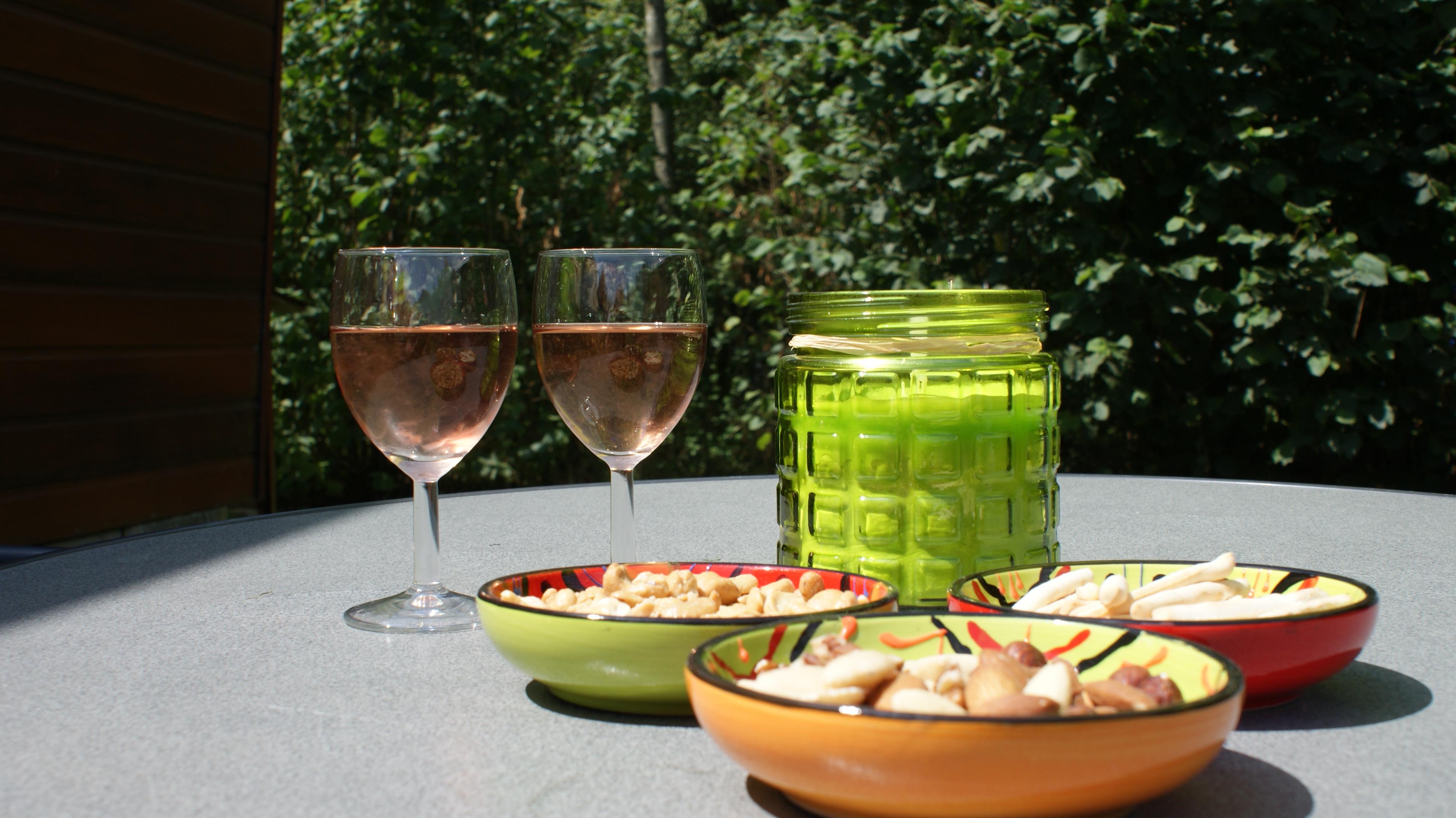 's zomers lekker borrelen in het zonnetje of in de schaduw op camping 't Witven te Veldhoven bij Eindhoven in Noord-Brabant