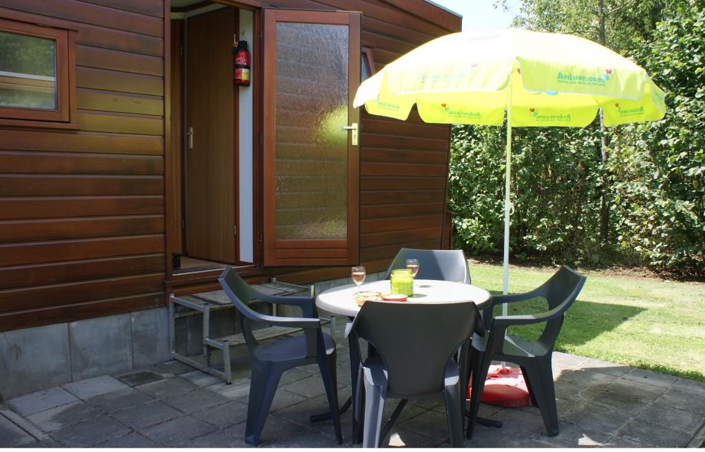 een buitenzitje bij een chalet op camping 't Witven te Veldhoven bij Eindhoven in Noord-Brabant