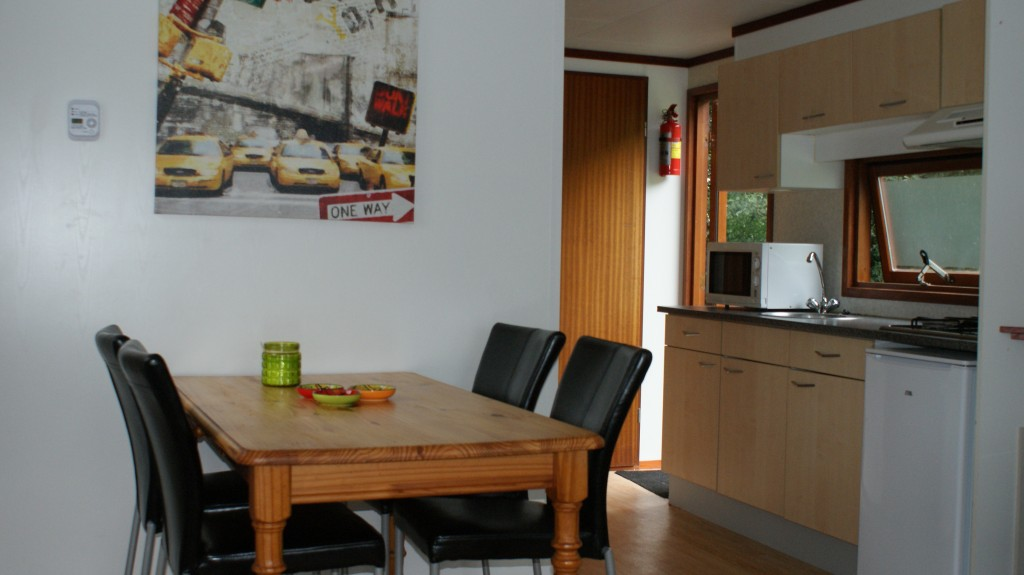 woonkamer en keuken van een chalet op vakantiepark 't Witven in Veldhoven dichtbij Eindhoven, in Noord-Brabant