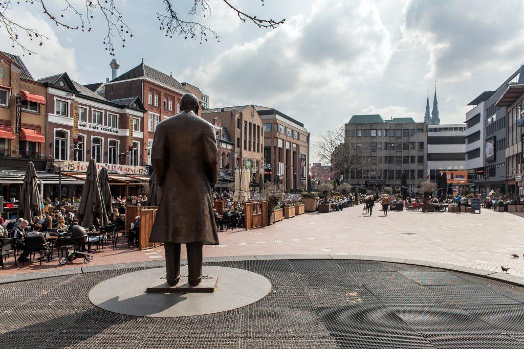Frits houdt oogje in het zeil op de Markt in Eindhoven