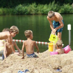 Kinderen kunnen lekker spelen aan het water op het kindvriendelijke vakantiepark 't Witven te Veldhoven te Eindhoven